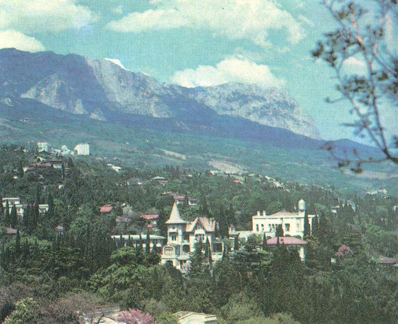 За Сарским мысом открывается неповторимая панорама Симеиза, вросшеко в горные склоны