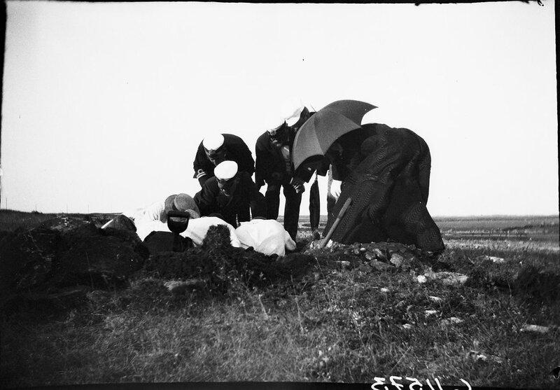 Раскопки в Эланде с генеральным директором Департамента охраны памятников старины Хансом Хильдебрандом, 1900
