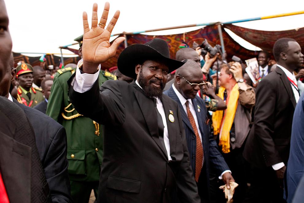 11. Президент новоиспеченного государства Республика Южного Судана Салва Киир машет сторонникам пере