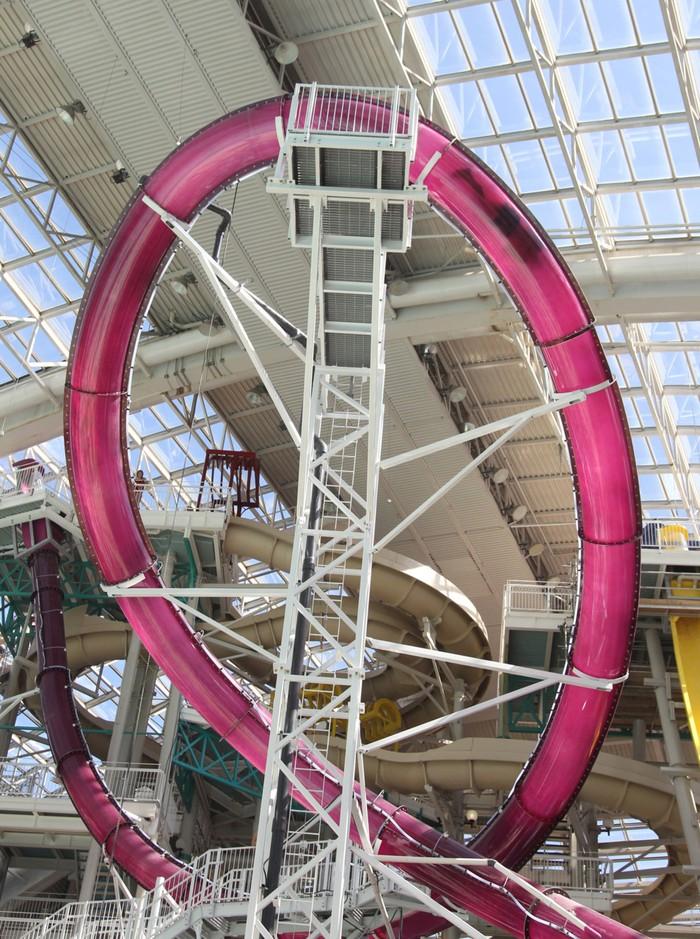 4. Горка-петля «Циклон» (Канада) В канадском аквапарке World Water Park находится потрясающая горка