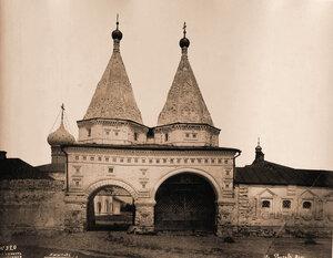 Вид Святых врат Ризположенского женского монастыря. Суздаль г.