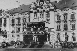 Члены императорской фамилии на лестнице  Екатерининского дворца  в день  празднования 100-летнего юбилея конвоя.
