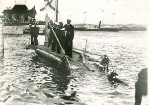Спуск на воду подводной лодки Дельфин (проект И.Г.Бубнова , И.С.Горюнова, М.Н.Беклемишева), построенной на Балтийском судостроительном и механическом заводе.