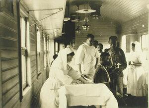 Врачи, сестры милосердия хирургического отряда № 5 имени Ее императорского высочества великой княгини Елизаветы Федоровны оказывают помощь раненым