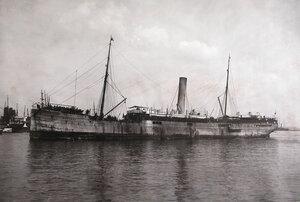 Пароход  Балтика с эвакуируемыми на борту в акватории порта.