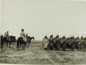 Солдаты проходят строем перед императором Николаем II во время смотра
