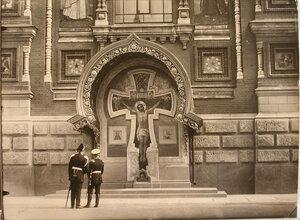 Один из фрагментов фасада собора Воскресения Христова (Спаса-на-Крови) (наб. Екатерининского канала., 2) - Распятие с предстоящими с крестом из мрамора и гранита.