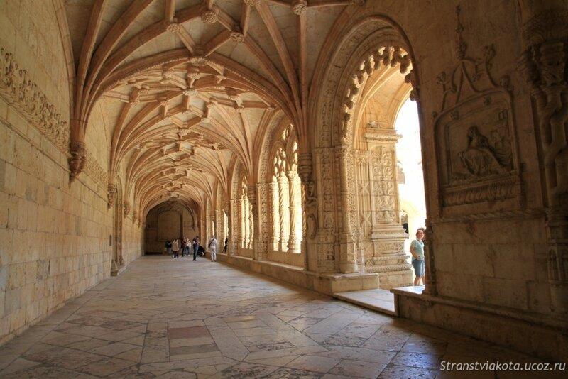 Патио монастыря Жеронимуш в Лиссабоне, Португалия