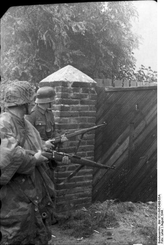 Warschauer Aufstand, Soldaten an Tor