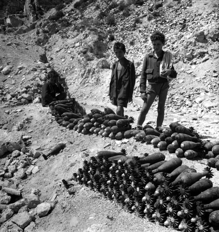 Италия, Монтекассино, 1948 год - Подростки, торгующие корпусами боеприпасов, собранных в ближайших окрестностях