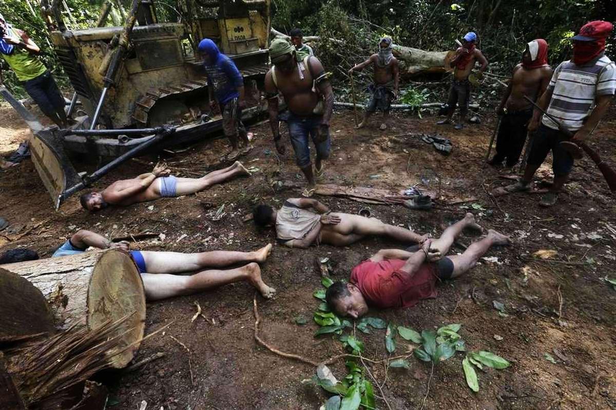 Связывание рук всем захваченным браконьерам с одновременным стягиванием с них штанов (3)
