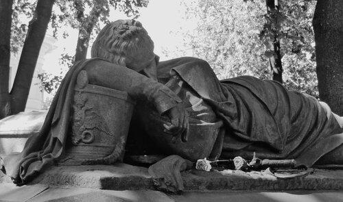 Памятник уснувшему гусару на Лазаревском кладбище Александро-Невской Лавры