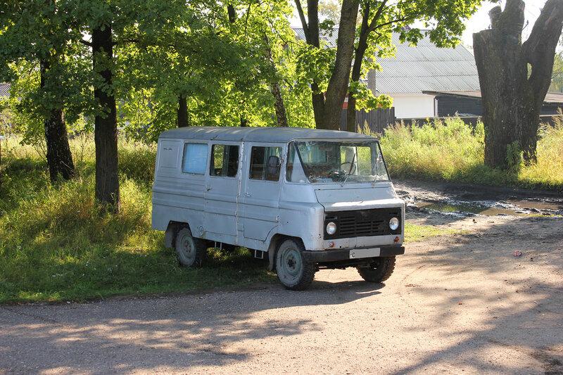 Ретро-мобиль Źuk (Жук) у станции Плюсса