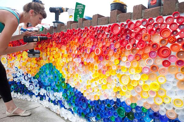 Мозаика из крышек пластиковых бутылок