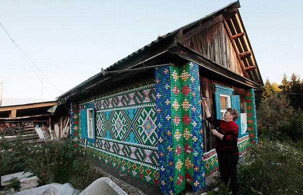 Декорирование стен с помощью крышек от пластиковых бутылок