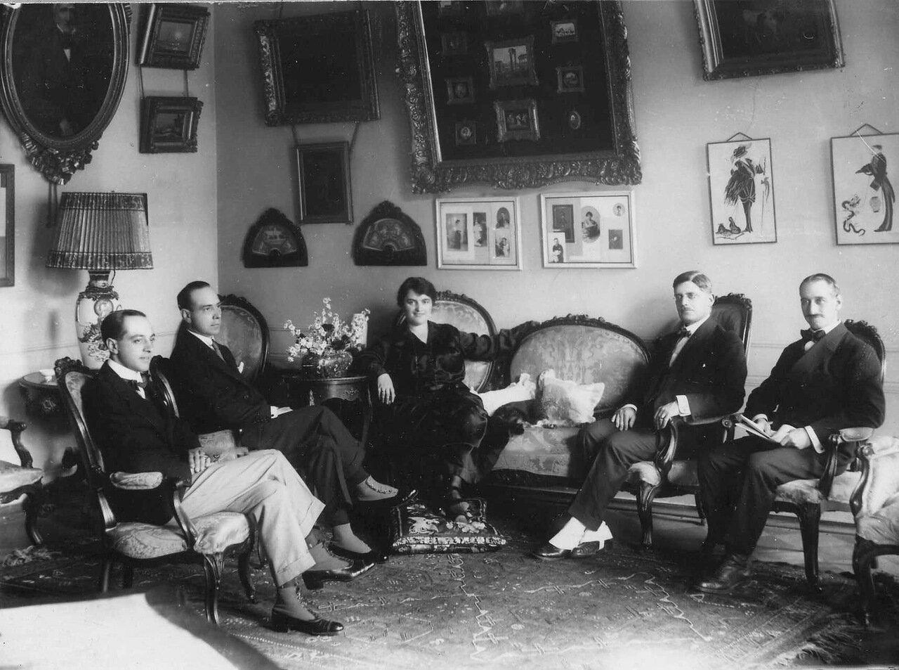 13. Члены посольства в гостиной