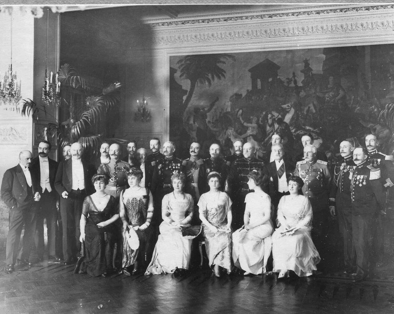 32. Группа офицеров и дам во французском посольстве. 1909