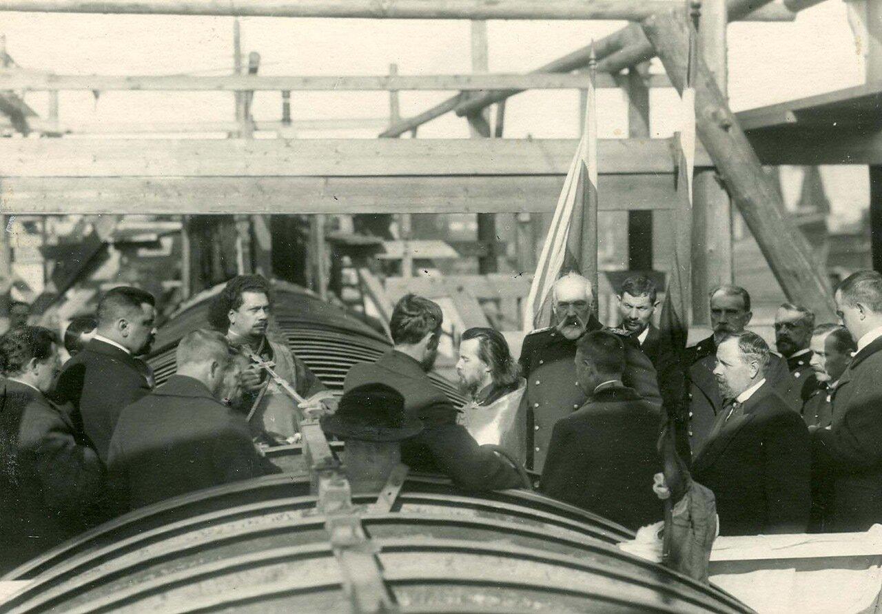 Группа инженеров на стапелях в день закладки зданий отдела Подводного плавания в присутствии морского министра адмирала И.К.Григоровича и директора завода П.Ф. Вешкурцева