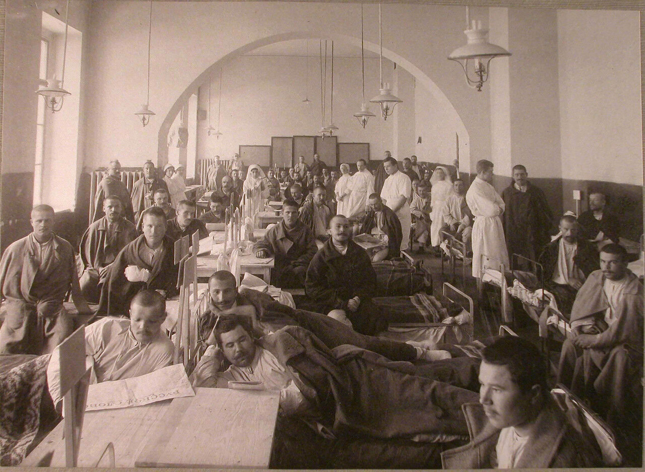 25.  Медицинский персонал и раненые в палате лазарета при Императорском Техническом училище