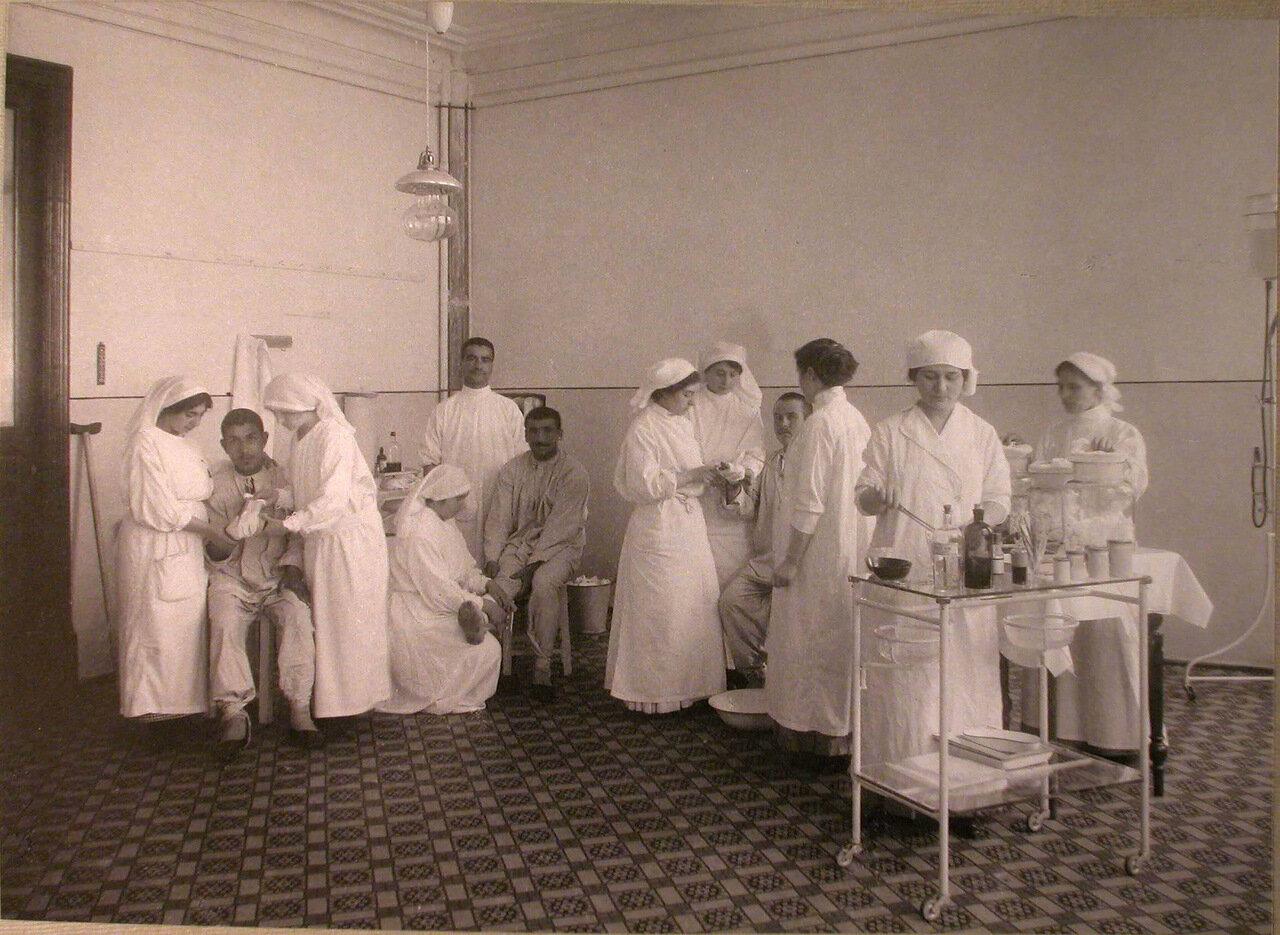 27. Медицинские сестры за перевязкой раненых в перевязочной лазарета, устроенного Армянским Благотворительным обществом