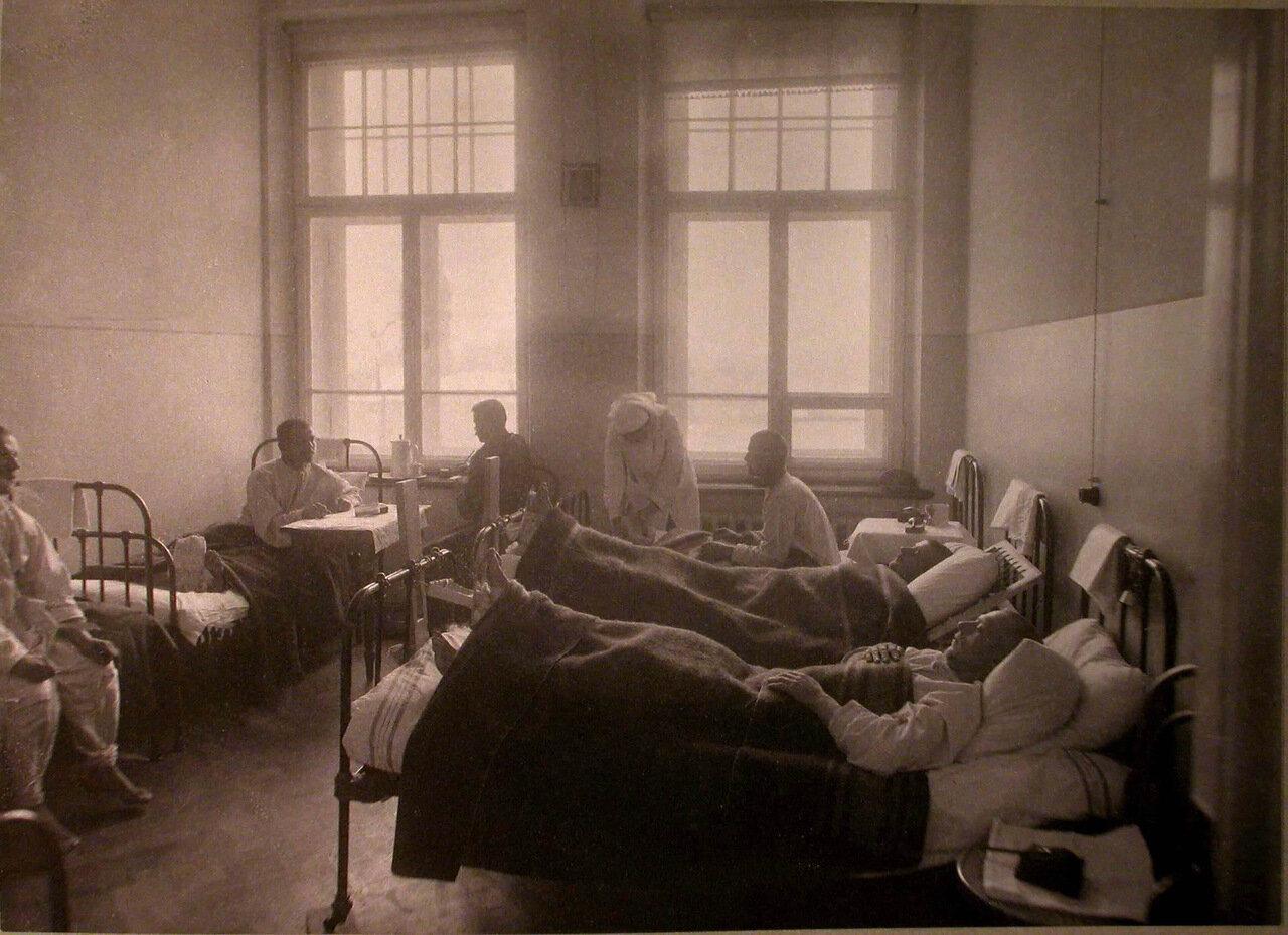 28. Раненые в палате лазарета Старообрядческой Преображенской общины