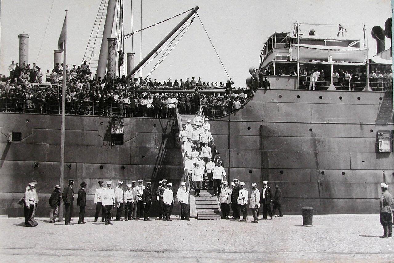 14. Группа офицеров, встречающих прибывших с Дальнего Востока эвакуируемых нижних чинов и запасных, на трапе парохода