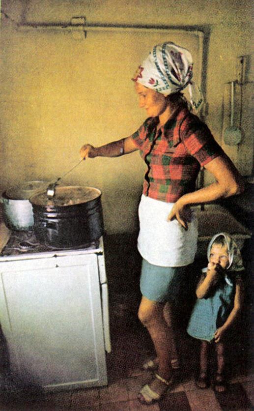 На кухне (которая находится на барже) для рыбаков готовится вкусная уха