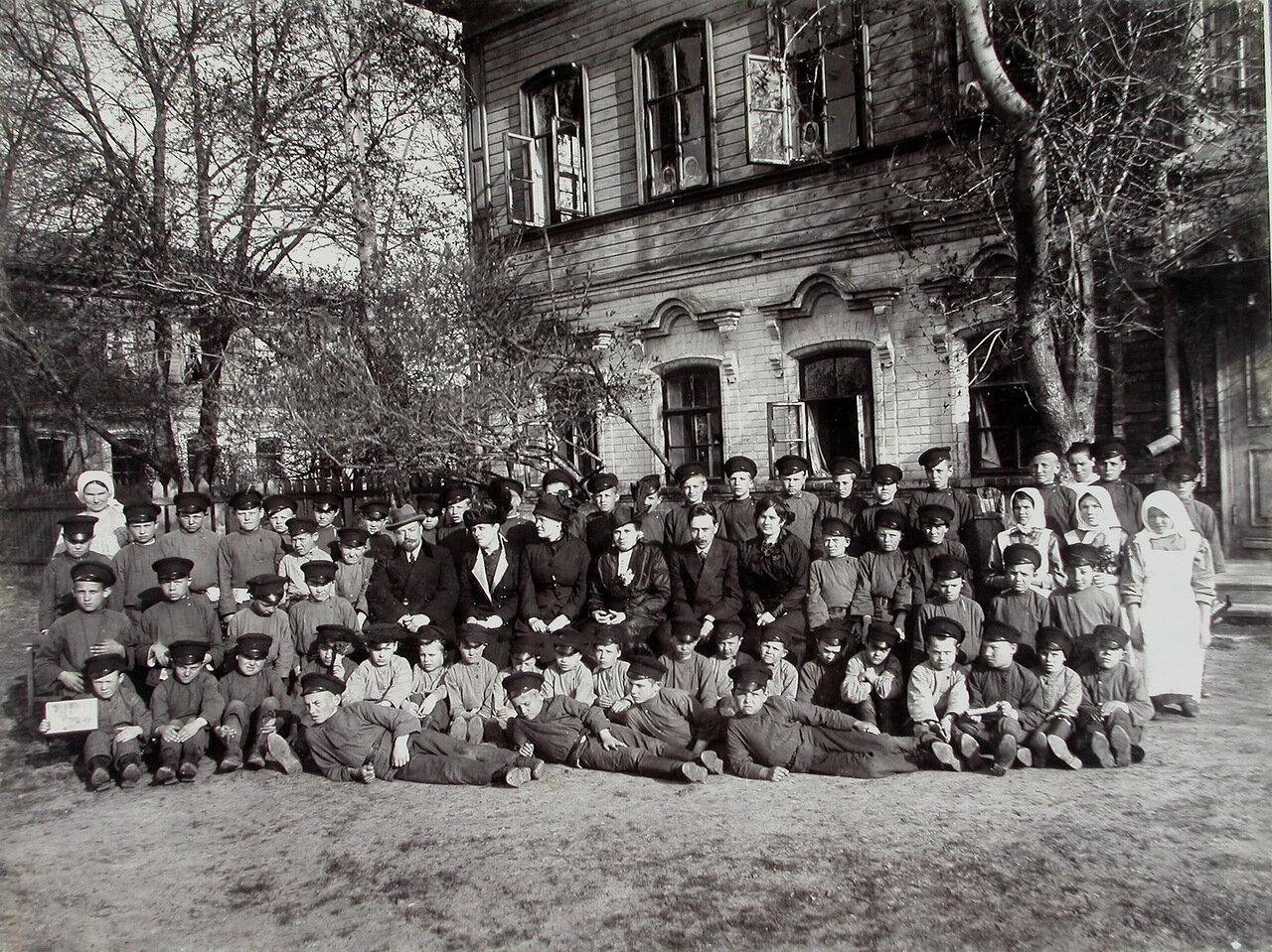 04. Группа детей с воспитателями и попечителями у здания колонии