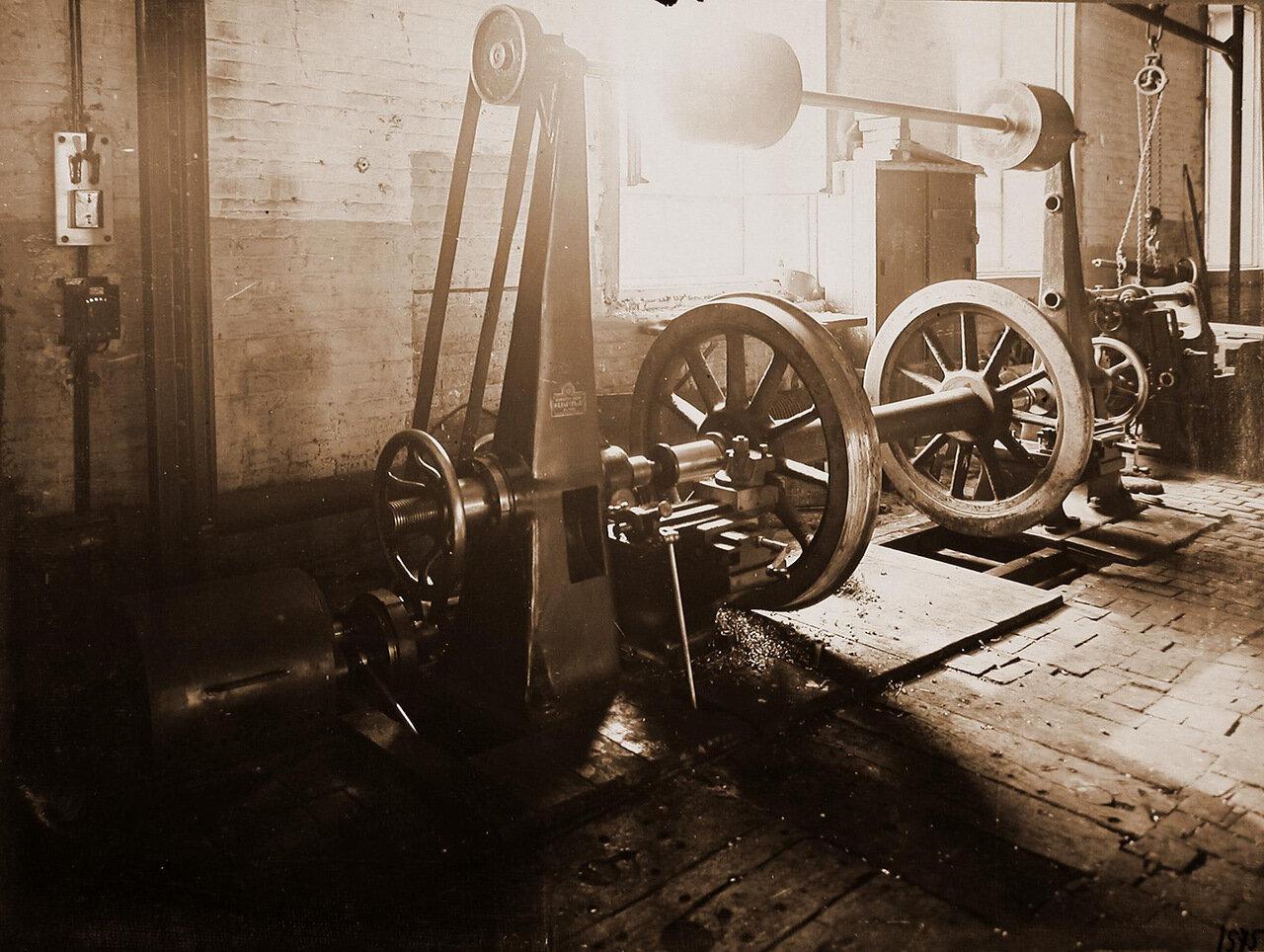 41. Вид станка по одной из операций по изготовлению колесных пар паровозов, произведенного Обществом бывшего Фельзера и Ко в Риге, в одном из цехов мастерской