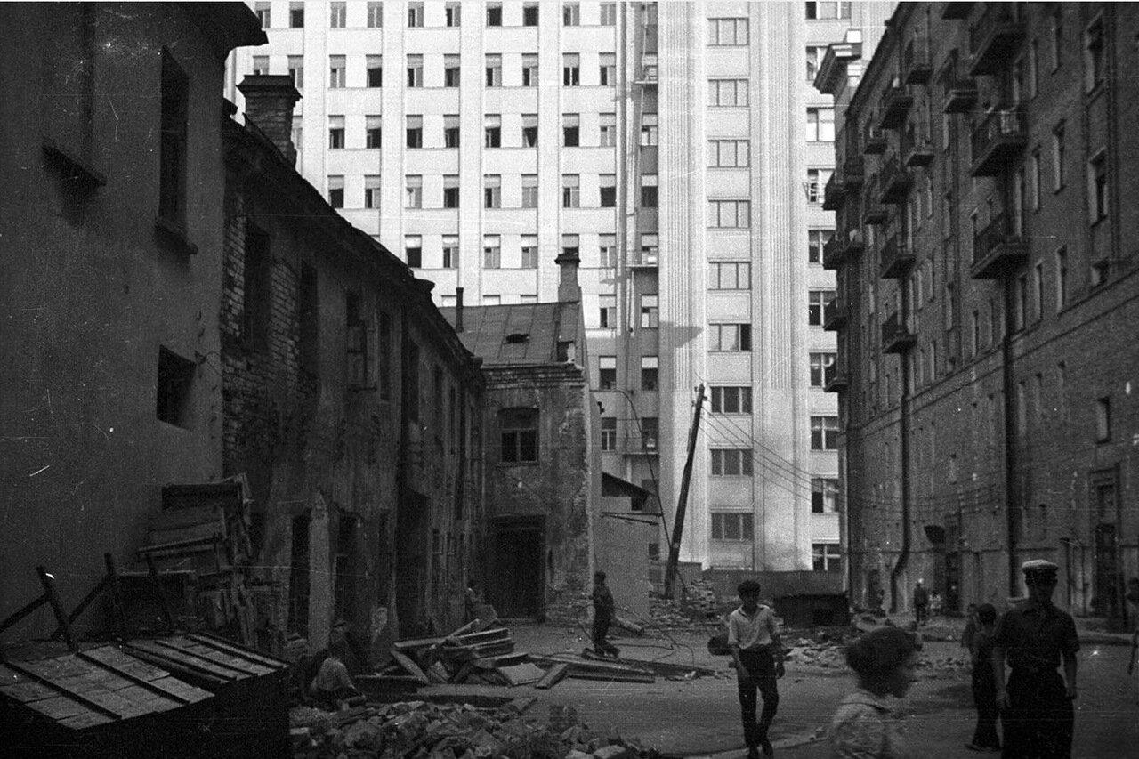 53. Вид из Георгиевского переулка в сторону здания Совета по труду и обороне
