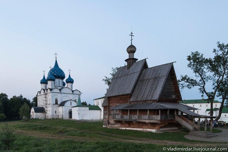 Успенский собор и деревянная Никольская церковь из села Глотово в Суздале
