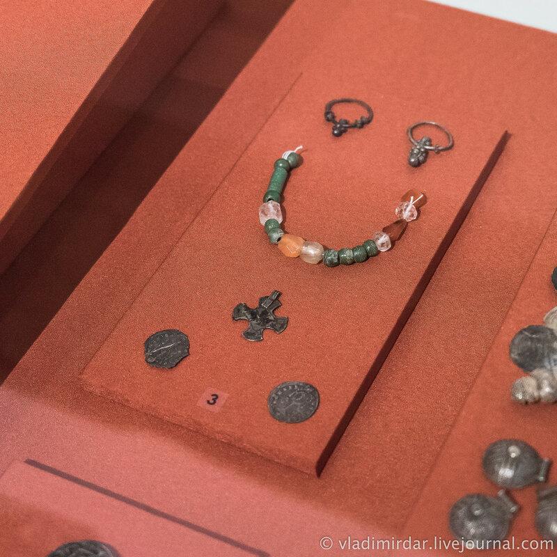 Серьги, подвески из византийской монеты, подвески-крестик, низка бус. Раннехристианские погребения и комплексы с христианской символикой.