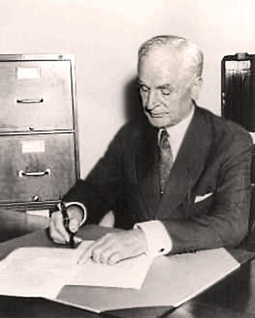 Корделл Халл Госсекретарь США подписывает Акт о Нейтралитете США, через четыре дня после начала ВОВ, 5 сентября 1939 года.