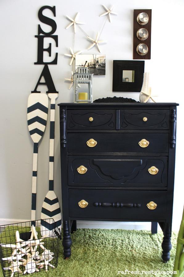 синий морской комод, белая стена, зеленый ковер, ковер, весла полосатые, барометр, sea, интерьер, дизайн, реставрация