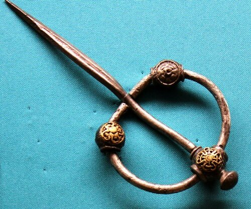 древняя славянская пряжка со знаками РАтаи