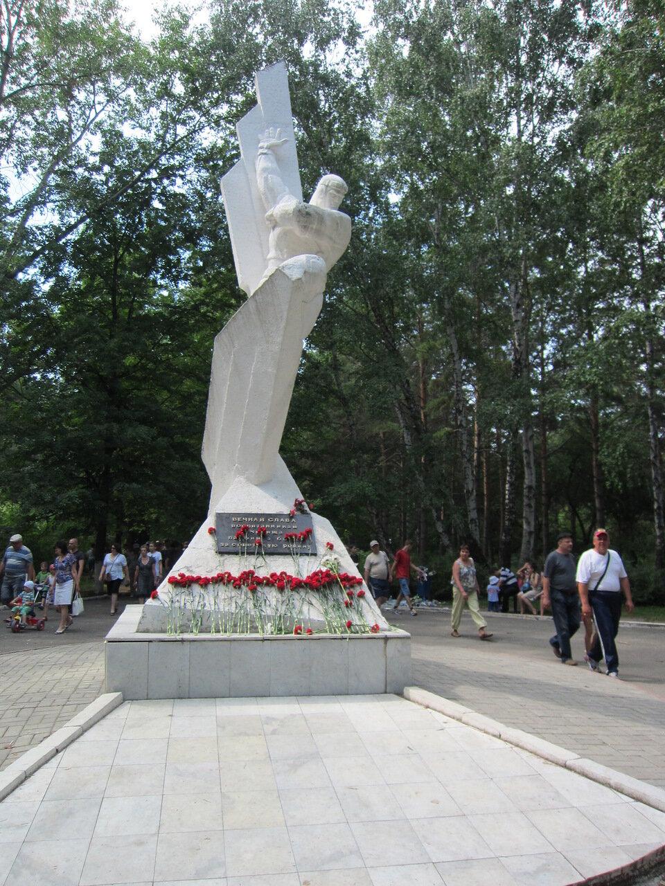Памятник выпускникам ЧВВАКУШ, погибшим во время Великой Отечественной войны (15.08.2014)