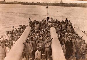 Матросы команды линейного корабля Севастополь на палубе.