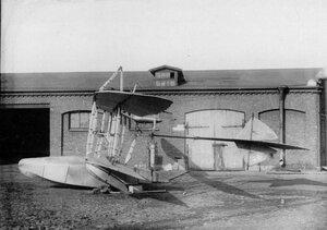 Аэроплан завода Эбергард во дворе завода.