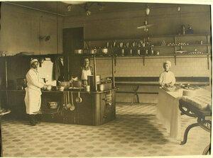 Повара лазарета за приготовлением обеда на кухне