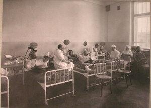 Медицинский персонал и раненые в одной из палат лазарета при Солдатенковской больнице.