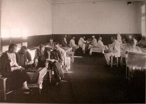 Раненые в палате лазарета,устроенного в Капцовском городском училище.