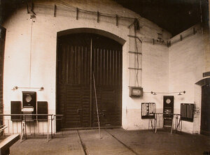 Вид  счетчиков и двери, ведущей в один из цехов мастерской.