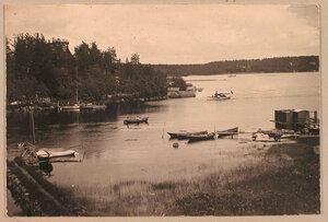 Лодки у берега в дачной местности  Пикруки, находящейся рядом с имением Монрепо.