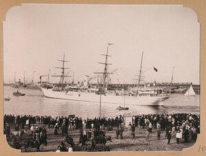 Плавучий госпиталь, разместившийся на пароходе Царица, отходит от пристани, отправляясь на Дальний Восток.