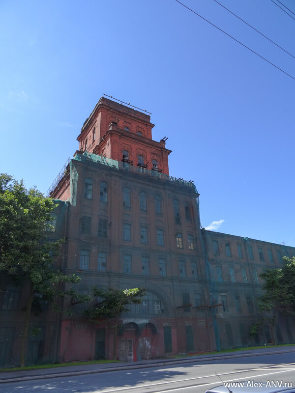 Фасады, которые ещё не успели отреставрировать стыдливо прикрыли марлей.