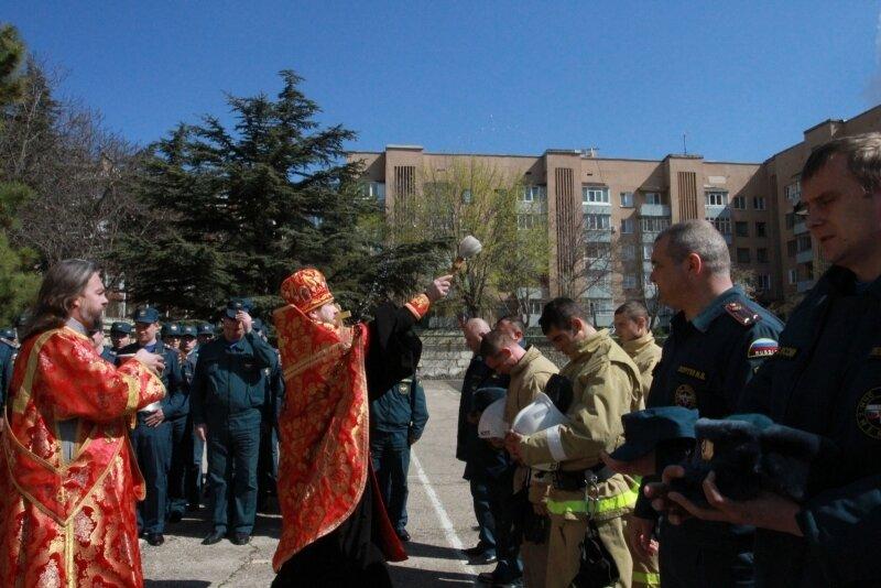 crimea.orthodoxy.su:59-events:4299-освящена-новая-техника-для-крымских-спасателей.jpg