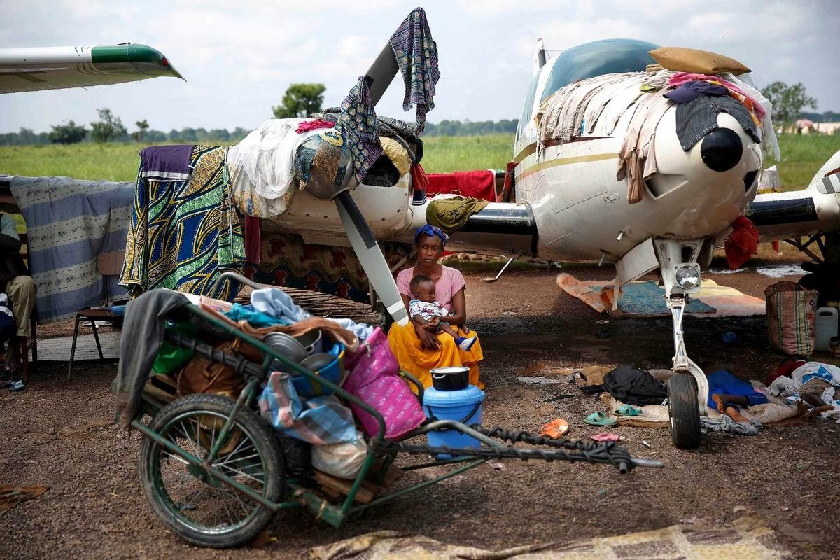 Самолет, как вешалка для сушки белья: Семейный быт обитателей центральной Африки