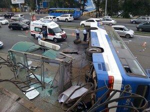 """Во Владивостоке в районе """"Молодежной"""" перевернулся автобус"""