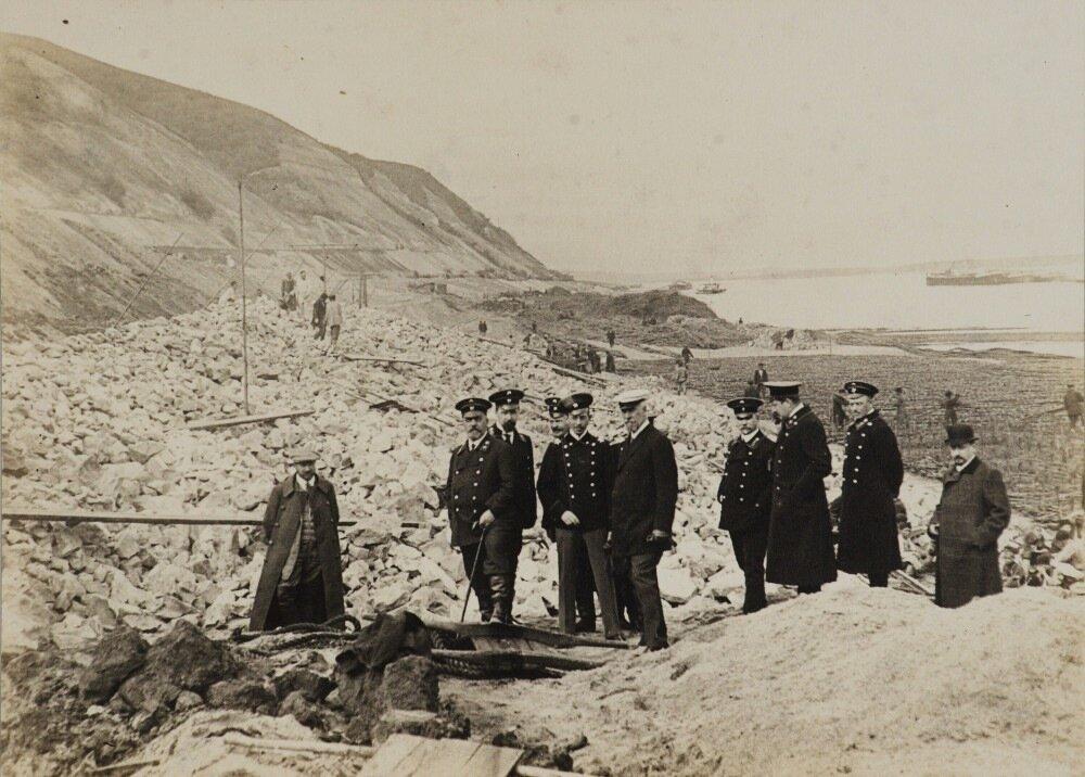 3. Группа инженеров во главе с главным проектировщиком моста - Н.А.Белелюбским на фоне Вязовых гор. 1911 год