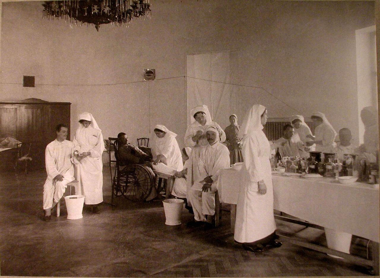 10. Медицинские сестры за перевязкой раненых в перевязочной лазарета, устроенного в помещении Дворянского клуба